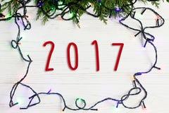 het tekentekst van 2017 op Kerstmiskader van slingerlichten op spar branc Royalty-vrije Stock Fotografie