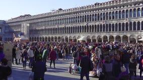 Het Tekenvierkant van Venetië, Italië Heilige met grote menigte tijdens Carnaval stock video