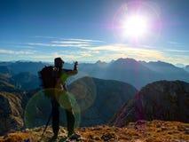 Het tekort van de lensgloed De wandelaar neemt selfie foto Mens met grote rugzak royalty-vrije stock afbeeldingen