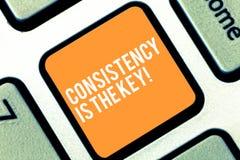 Het tekstteken die Consistentie tonen is de Sleutel Conceptuele foto Volledige Toewijding aan een Taak een gewoonte die procestoe stock afbeeldingen
