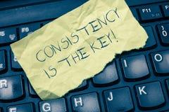 Het tekstteken die Consistentie tonen is de Sleutel De conceptuele foto volledige Toewijding aan een Taak gewoonte het vormen zic stock afbeeldingen
