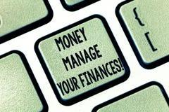 Het tekstteken die Geld tonen beheert Uw Financiën De conceptuele foto maakt goed gebruik van uw inkomens Investerend Toetsenbord royalty-vrije stock foto