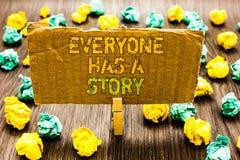 Het tekstteken die iedereen tonen heeft een Verhaal Conceptuele fotoachtergrond die vertellend uw de greepcardbo van Paperclip va royalty-vrije stock foto