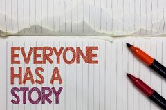 Het tekstteken die iedereen tonen heeft een Verhaal Conceptuele fotoachtergrond die vertellend uw geheugenverhalen Witte gescheur royalty-vrije stock afbeeldingen