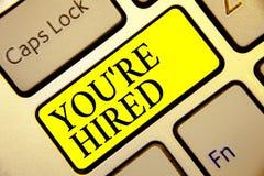 Het tekstteken die u tonen aangaande wordt gehuurd Conceptueel foto Nieuw Job Employed Newbie Enlisted Accepted Aangeworven Toets stock foto