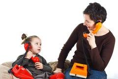 Het telefoneren van de moeder en van de dochter Royalty-vrije Stock Afbeeldingen