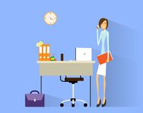 Het telefoongesprek van de bedrijfsvrouwencel bij bureau in bureau Stock Foto