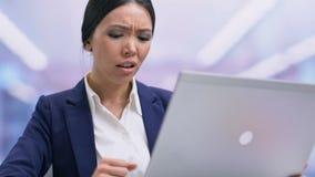 Het teleurgestelde businesslady gevoel verraste het sluiten laptop unpleasantly mislukking stock video
