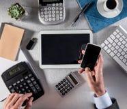 Het tellen en multitasking van managerhanden voor onderhandeling met de vele schermen stock foto