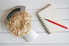 Het tellen van en het registreren van de hoeveelheid proteïne, calorieën, koolhydraten en vetten in voedsel Vlokken van vier graa stock afbeeldingen