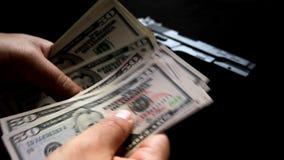 Het tellen van misdadig geld - Voorraadvideo stock footage