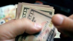 Het tellen van misdadig geld - Voorraadvideo stock videobeelden
