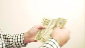 Het Tellende Geld van de mens stock footage