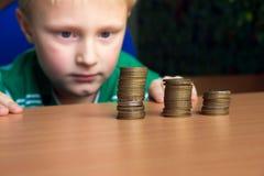 Het tellende geld van het kind Stock Afbeeldingen