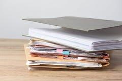 het tempo van de dossieromslag op houten bureau royalty-vrije stock fotografie