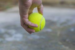 Het tennisbal van de mensenholding Royalty-vrije Stock Afbeelding