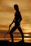 Het tennisracket van de silhouetvrouw neer stock foto