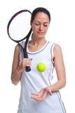 Het tennisspeler die van de vrouw de bal omhoog werpt Royalty-vrije Stock Afbeelding