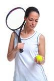 Het tennisspeler die van de vrouw een bal en een racket houdt Stock Foto