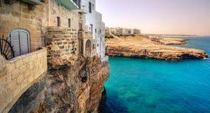 Het terras overziet overzees balkon - Polignano een Merrie - Bari - Apulia - Italië stock foto