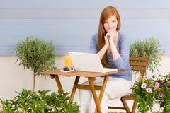 Het terras redhead vrouw van de zomer met laptop Stock Foto's