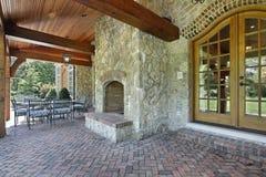 Het terras van de baksteen met steenopen haard royalty-vrije stock foto's
