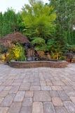 Het Terras van de betonmolenbaksteen met Watervalvijver Royalty-vrije Stock Foto's