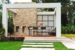 Het terras van de binnenplaats in tuin Royalty-vrije Stock Fotografie