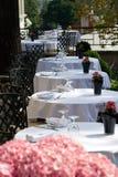 Het terras van de zomer bij het restaurant Stock Afbeeldingen