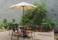 Het terras van het huis met lijst en stoelen Royalty-vrije Stock Foto