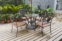 Het terras van het huis met lijst en stoelen Stock Fotografie
