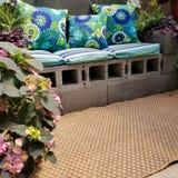 Het terrasbank van het sintelblok met hoofdkussens Stock Afbeelding