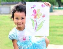 Het terugkeren naar school: het meisje toont de kunst in smileygezicht stock afbeeldingen