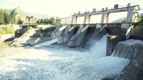 Het terugstellen van water bij waterkrachtcentrale stock footage