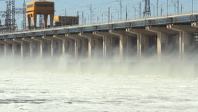 Het terugstellen van water bij waterkrachtcentrale op de rivier stock video