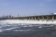 Het terugstellen van water op hidroelectric krachtcentrale Stock Afbeeldingen