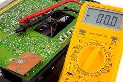 Het testen van een transistorradio Stock Foto's
