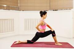 Het tevreden brunette bij het uitrekken van yoga stelt Royalty-vrije Stock Afbeelding
