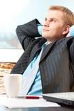 Het tevreden jonge zakenman rusten stock fotografie