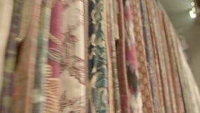 Het textiel Hangen op de Rekken stock footage