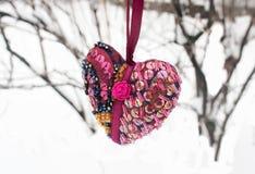 Het textielhart van Valentine op de takken stock afbeeldingen