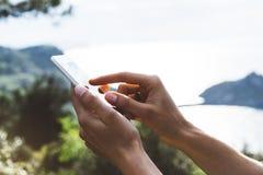 Het texting bericht van het Hipstermeisje op smartphone mobiele dichte omhooggaand, de handen van de meningstoerist gebruikend ga royalty-vrije stock foto's