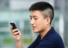Het texting van de mens op celtelefoon Stock Afbeeldingen