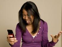 Het texting van de tiener op cellphone Stock Foto's