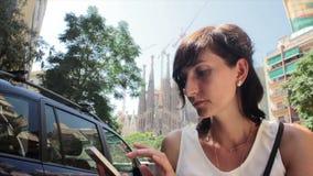 Het texting van de vrouw op mobiele telefoon Mooi multicultureel jong toevallig wijfje stock footage