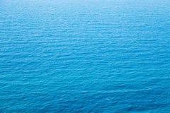 Het textuur turkooise blauwe water met rimpelingen Royalty-vrije Stock Foto's