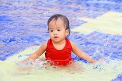 Het Thaise babymeisje raakte het water Royalty-vrije Stock Fotografie