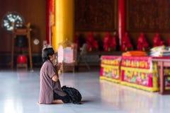 Het Thaise boeddhisme bidt voor goede daadverering royalty-vrije stock foto's