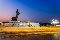 Het Thaise Boeddhisme houdt de in brand gestoken kaars stock fotografie