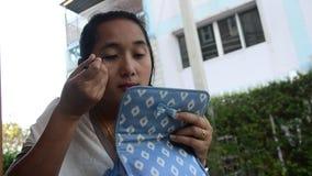 Het Thaise de eyelinerpotlood van het vrouwengebruik maakt omhoog stock footage